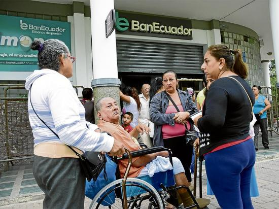 Ciudadanos duermen en la calle para sacar una cuenta bancaria y poder recibir el bono