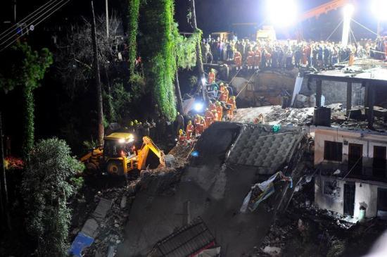 Suben a 12 muertos y 30 heridos las víctimas del derrumbe edificio en India