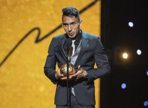 Ángel Mena recibe ''Balón de Oro'' de la Liga MX