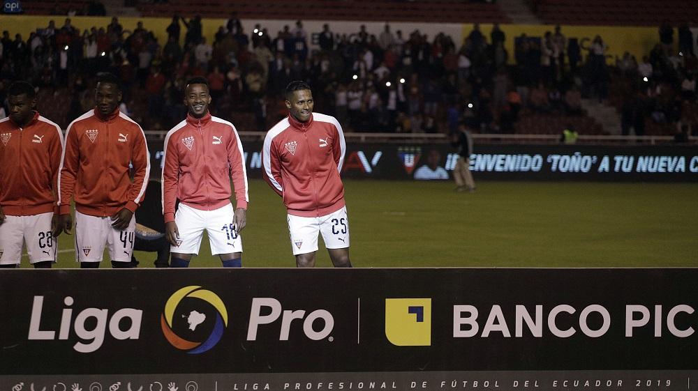 Unos 1.200 niños reciben a Antonio Valencia en la cancha de Liga de Quito