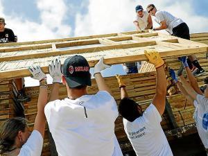 46 voluntarios harán diez casas para afectados por el terremoto en San Vicente