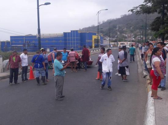 Comerciantes del mercado cierran puente