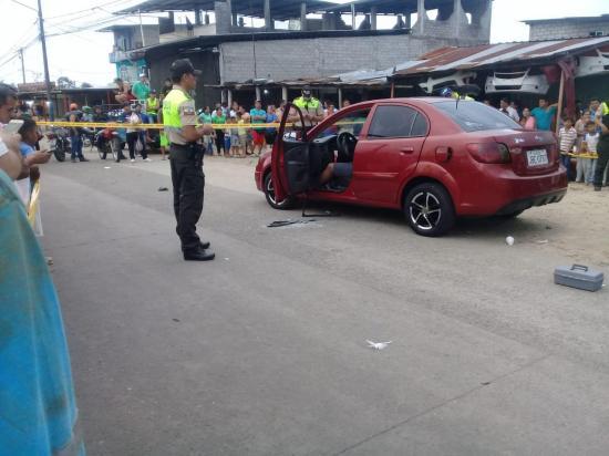 Hombre es asesinado cuando se movilizaba en un vehículo, en El Carmen
