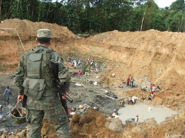 Perú refuerza la vigilancia en la frontera con Ecuador por la minería ilegal