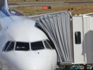 Una española denuncia que no le dejaron subir a un avión por cómo iba vestida