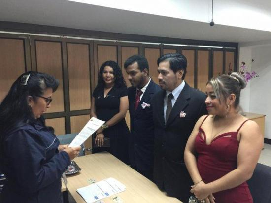 La primera pareja de hombres se casa en Guayaquil