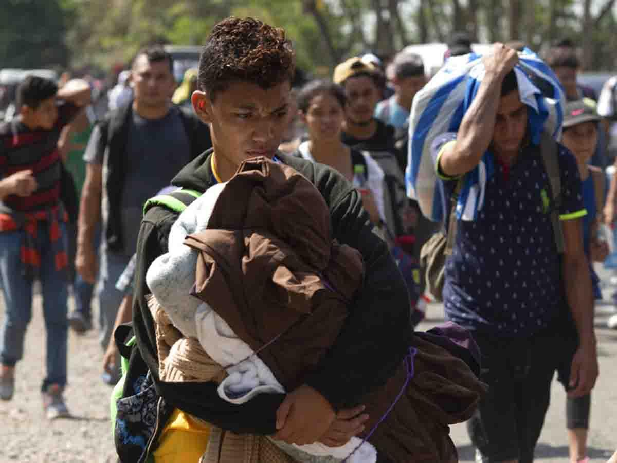 Cientos de migrantes hondureños están secuestrados en México, dice embajador