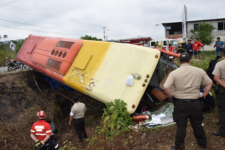 El vuelco de un bus de transporte público dejó ayer diez personas heridas en n la vía Chone-Flavio Alfaro
