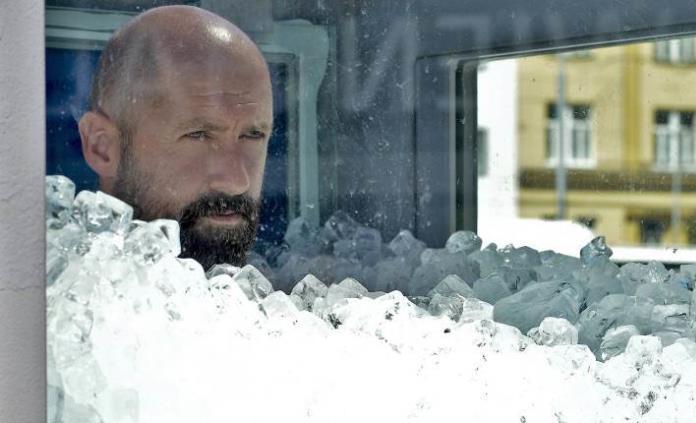 Austríaco bate el récord mundial dentro de una cabina llena de cubos de hielo