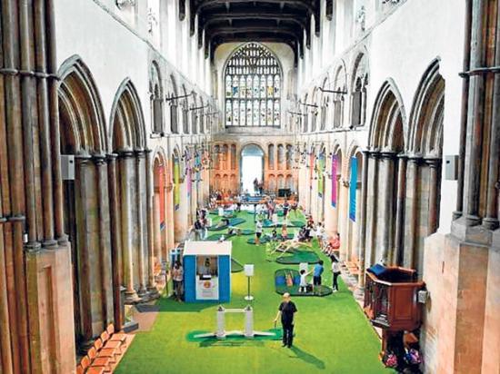 Catedral instala un minigolf para atraer a los feligreses