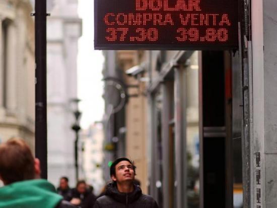 Temen perder los ahorros ante la caída del peso en Argentina