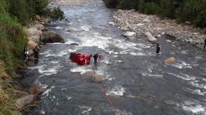 Su carro cayó al río