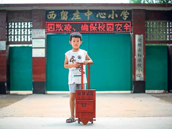 hace a mano una mochila de madera para su nieto