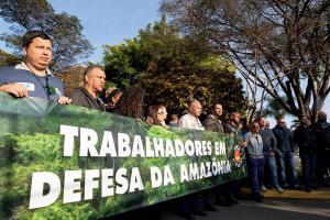 Sindicalistas brasileños protestan contra incendios en Amazonía y Bolsonaro