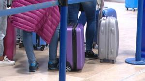 Mujer es detenida por esconder un bebé en su equipaje de mano para sacarlo del país