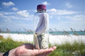 Hallan en el mar una botella con cenizas de un hombre fallecido en marzo pasado