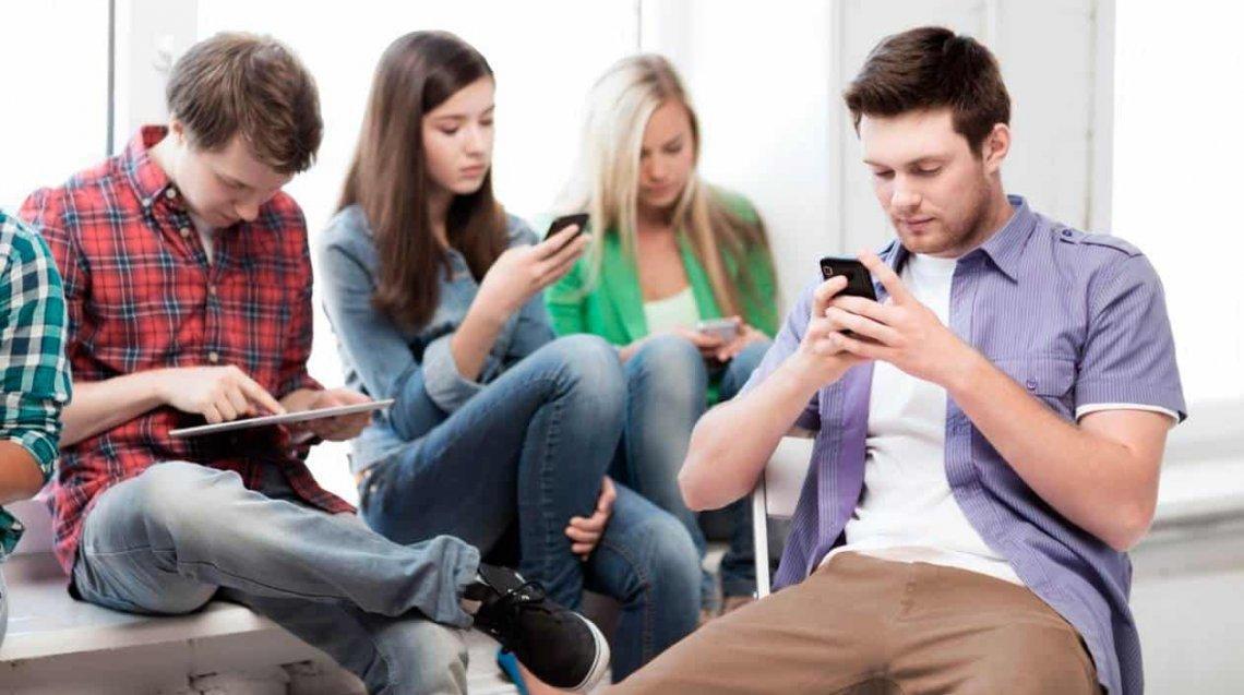 Psiquiatra advierte que las redes sociales potencian la soledad del joven deprimido, aumentando el riesgo de suicidio