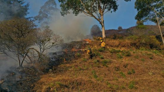 Incendio activo en el sur de Ecuador consume más de mil hectáreas de bosque