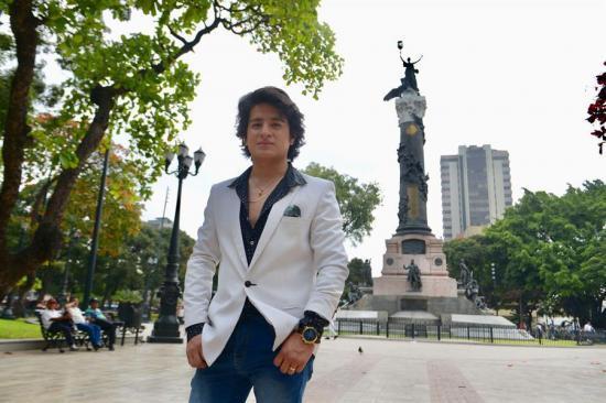 El Camilo Sesto ecuatoriano 'con el alma herida' por la muerte de su ídolo