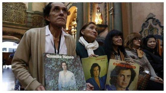 Fanáticos de Camilo Sesto en Lima piden al Señor de los Milagros por su alma