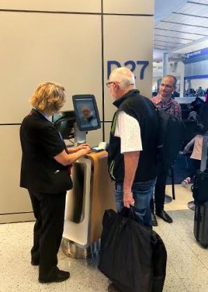 Aerolínea implementa abordaje biométrico