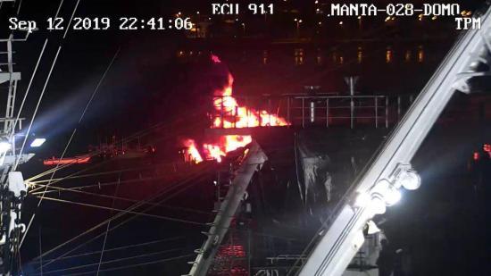 Barco se incendia en el Puerto de Manta