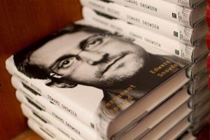 EE.UU. demanda a Snowden por publicar su libro sin permitirle revisarlo