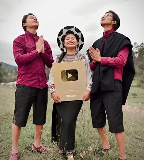 La ecuatoriana Nancy Risol recibe botón de oro por 1 millón de suscriptores en Youtube