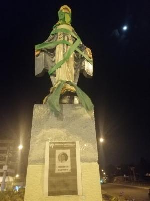 Doce estatuas en Quito lucieron de verde a favor del aborto por violación