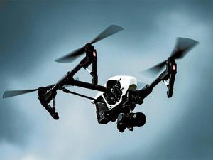 Hombre usa un dron para bombardear la casa de su ex