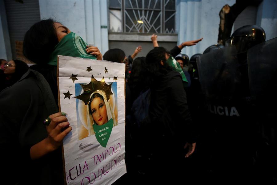 Colectivos feministas se alzan a favor del aborto por violaciones en Ecuador
