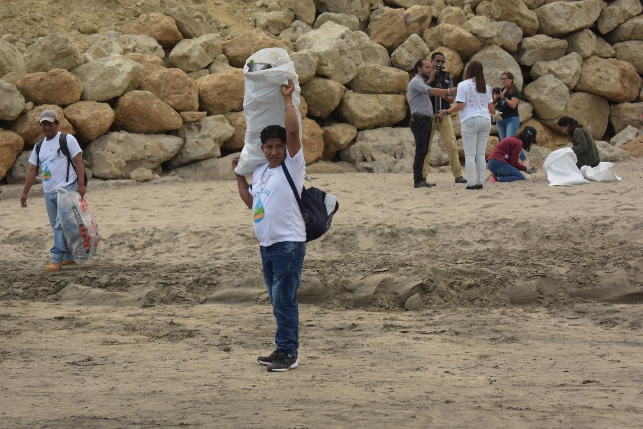 Recogen 122 toneladas de basura en día de limpieza playas y ríos en Ecuador