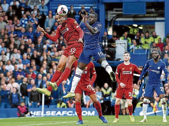 El Liverpool sobrevive y sigue líder