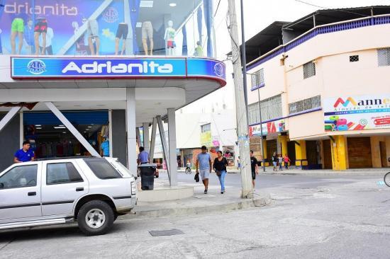 Comercio en Manta a ''medias'' en segundo día de paralización