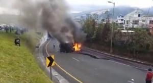 Manifestantes indígenas queman un vehículo blindado del Ejército