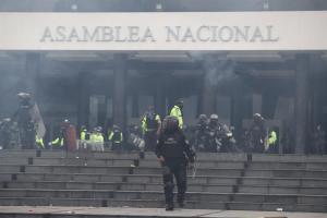 Militares desalojan a manifestantes indígenas de la Asamblea Nacional