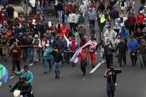 Grupos de indígenas bloquean varias calles de Quito