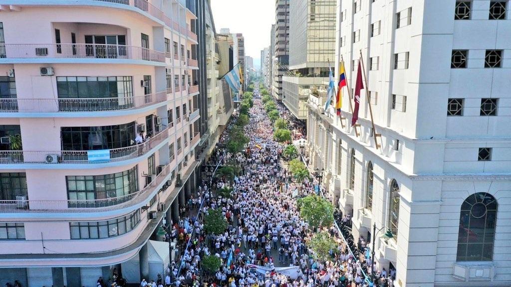 La ''Marcha por la paz y la Libertad'' recorre la avenida 9 de Octubre en Guayaquil