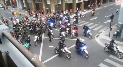 Militares y policías protagonizan enfrentamiento a golpes en Guayaquil
