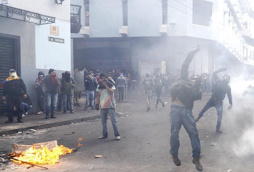 Se reanudan duros enfrentamientos en centro histórico de Quito