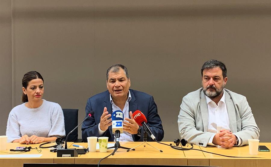 Rafael Correa pide elecciones adelantadas en Ecuador y se ofrece como candidato