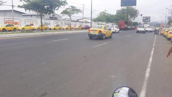 Taxistas comienzan a concentrarse en distintas calles de Portoviejo
