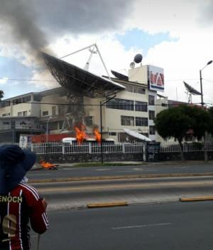 El canal Teleamazonas y diario El Comercio denuncian ataque a sus instalaciones
