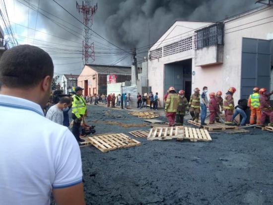 Incendio en una fábrica de plásticos deja 3 bomberos y 2 trabajadores heridos