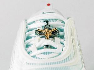 Los 'zapatos de Jesús'  causan furor en el público