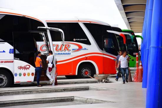 Usuarios de buses en Manta esperan que el pasaje vuelva al precio anterior