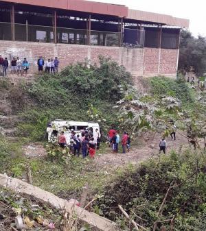 Vehículo pierde pista y cae a una pendiente en Puerto López