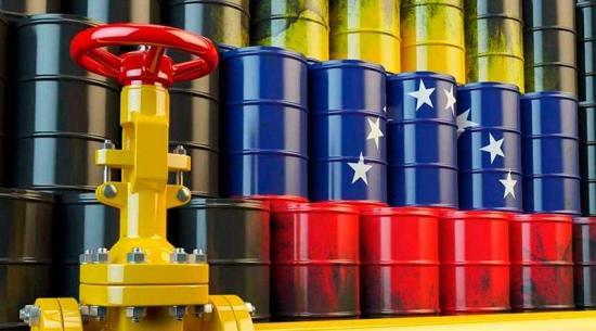 Precio de petróleo venezolano detiene caída y cierra en 51 dólares por barril
