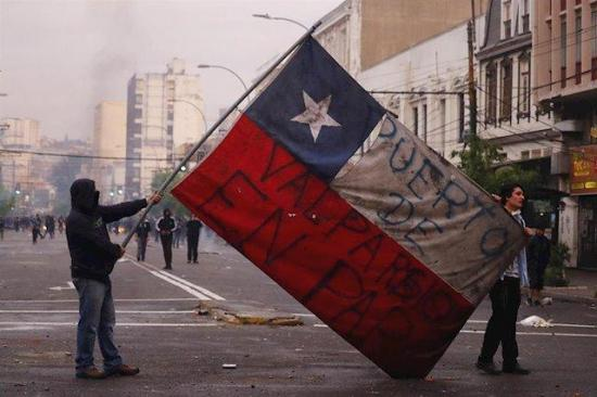 Nuevo toque de queda en capital de Chile tras jornada de saqueos e incendios