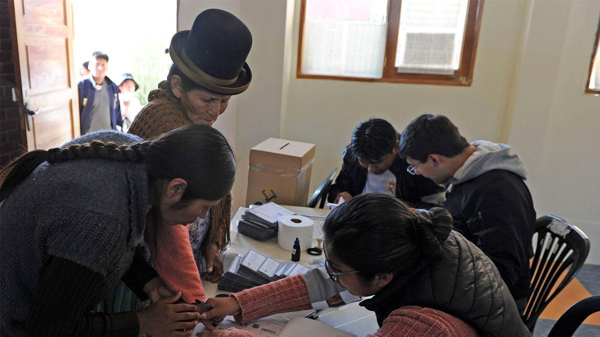 Bolivianos comienzan a votar para elegir a su nuevo presidente